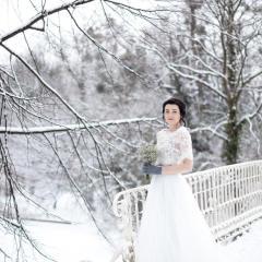 Schneeprinzessin auf Brücke