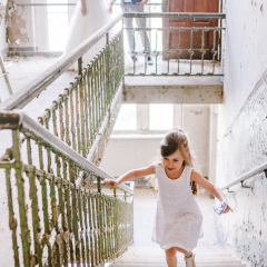 Blumenmädchen auf der Treppe
